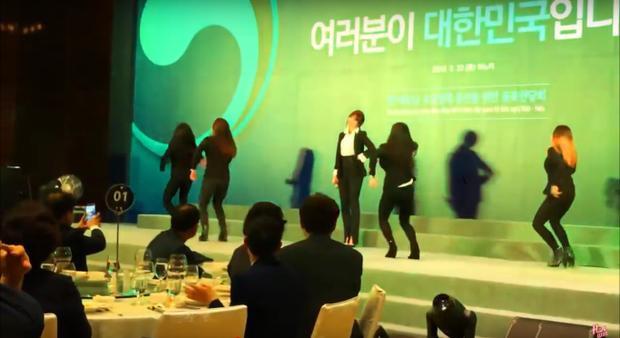 Nữ ca sĩ tự tin thể hiện vũ đạo quen thuộc của bản hit đình đám một thời.
