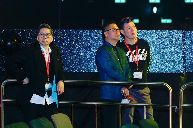 Trong lúc Noo Phước Thịnh tổng duyệt, e-kip BTC người Hong Kong khi theo dõi đã thể hiện sự bất ngờ và vô cùng thích thú.