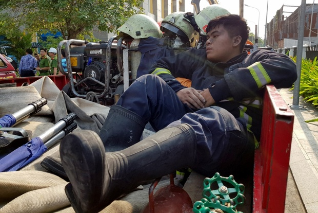Một chiến sĩ khác đang kiệt sức sau khi dập lửa