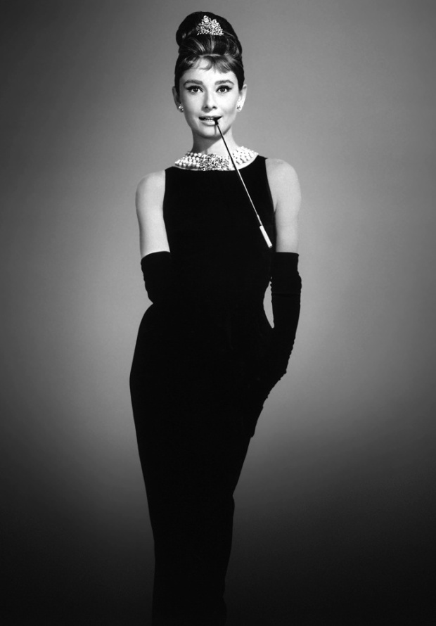 Chiếc váy đen mang tính biểu tượng của thập niên 60 chính là chiếc váy thiết kế của nhà mốt Givenchy mà Audrey Hepburn mặc trong bộ phim Buổi sáng ở Tiffany - một trong những hình ảnh đáng nhớ nhất trong lịch sử cả hai lĩnh vực thời trang và điện ảnh.