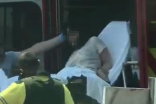 Nhân viên y tế đã kịp thời đến khống chế cô gái và đưa vào bệnh viện.