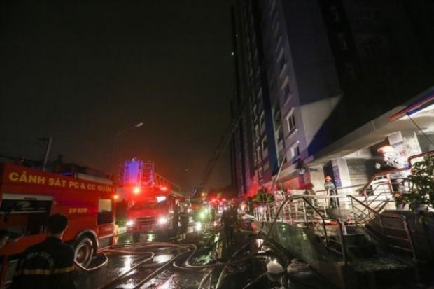 Lực lượng PCCC khẩn trương chữa cháy giải cứu những nạn nhận còn mắc kẹt bên trong toà nha. Ảnh PCCC