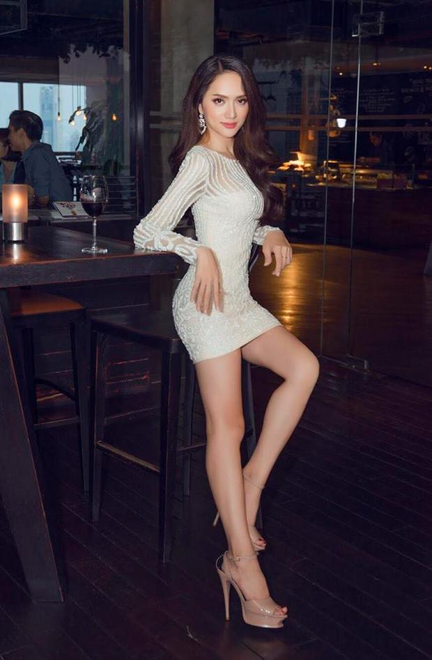 Mới đây nhất, Hoa hậu chuyển giới xuất hiện trong một thiết kế quen thuộc của nhà mốt Lê Thanh Hòa. Chiếc váy liền thân này khá đẹp nếu như không nói nó khá phù hợp với vóc dáng của Hương Giang.