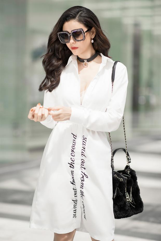 Người đẹp sành điệu, gợi cảm trong mẫu đầm trắng thêu slogan.