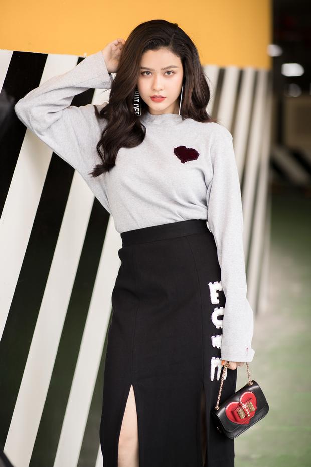 Trương Quỳnh Anh gợi cảm hết nấc với áo sơ mi khoét sâu khoe vòng một quyến rũ