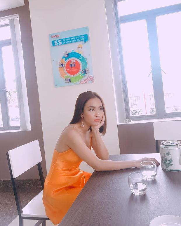 Cùng đam mê các loại váy, áo nữ tính nhưng Ái Phương lại yêu thích chiếc đầm cam hai dây nổi bật này. Điểm nhấn của set đồ cũng được chuyển hướng lên đôi hoa tai bản lớn mà cô nàng đang đeo.