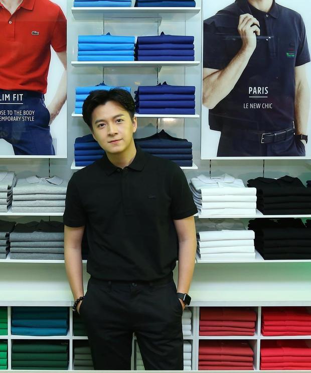 Chàng Bắp - Ngô Kiến Huy lại thể hiện vẻ soái ca, nam tính với áo polo đóng thùng cùng quần tây đen.