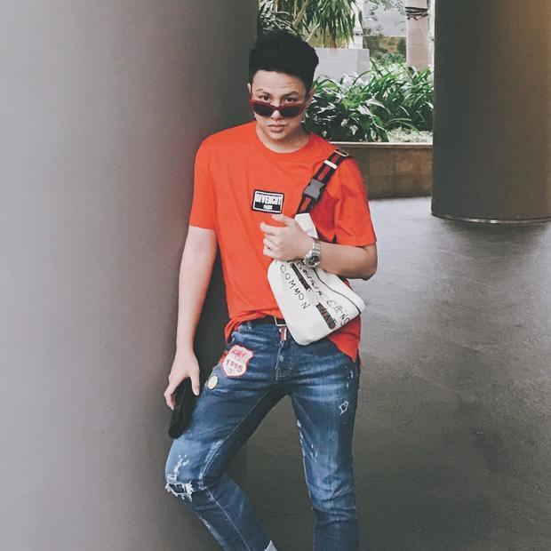 Duy Khánh Zhou Zhou chứng tỏ mình là một trong những sao nam sành mốt của Vbiz khi xuống phố với set đồ gồm toàn những items thời thượng như kính mắt mèo, áo phông Givenchy, túi fanny pack đình đám của Gucci…