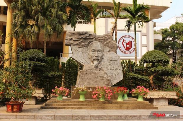 Tượng đài là nơi thầy trò trường Đại học Văn hóa tổ chức lễ chào cờ đầu tuần và chụp hình lưu niệm.