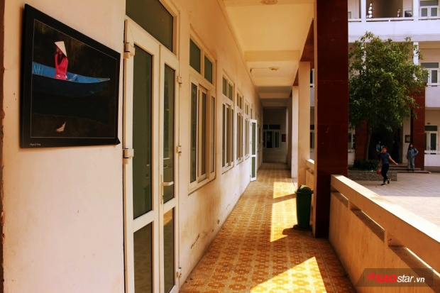Hành lang giảng đường cũng được thầy trò trường Văn hóa trang hoàng bằng những bức ảnh ghi lại hoạt động của sinh viên và khung cảnh tươi đẹp ở mọi miền đất nước.