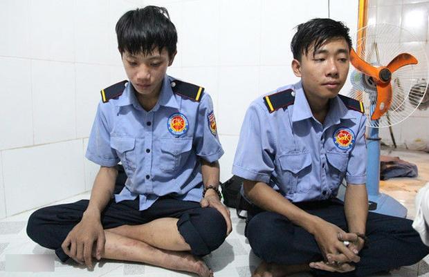 Chân tay của 2 nhân viên bảo vệ vẫn còn lem luốc sau vụ cháy. An và Sang đau buồn khi biết tin người đồng nghiệp đã chết khi cứu người. Ảnh: Phan Nhơn.