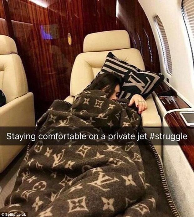 Dù nằm trên chuyên cơ riêng, cuộn mình trong chiếc chăn ấm áp Louis Vuitton, nhưng cô gái này vẫn không thể có một giấc ngủ ngon.Ảnh: Splitpics.uk