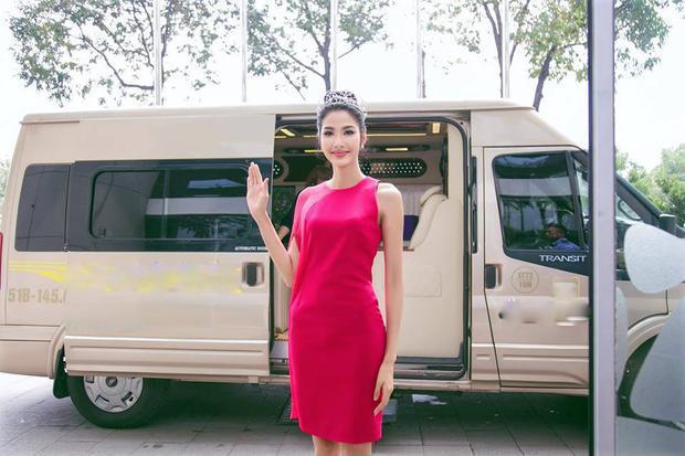 Đa số trong BST váy áo đỏ của nàng á hậu đều sử dụng chất liệu vải trơn tạo sự sang trọng, nhẹ nhàng.