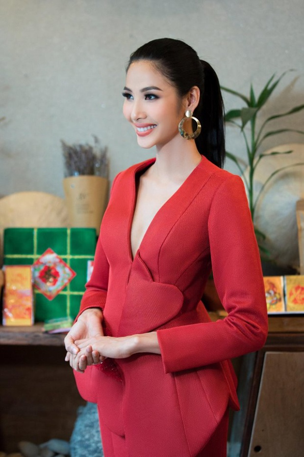 Côtrở nên hiền dịu và đằm thắm hơn so với phong cách cá tính thường thấy trong bộ váy đỏ quyến rũ.