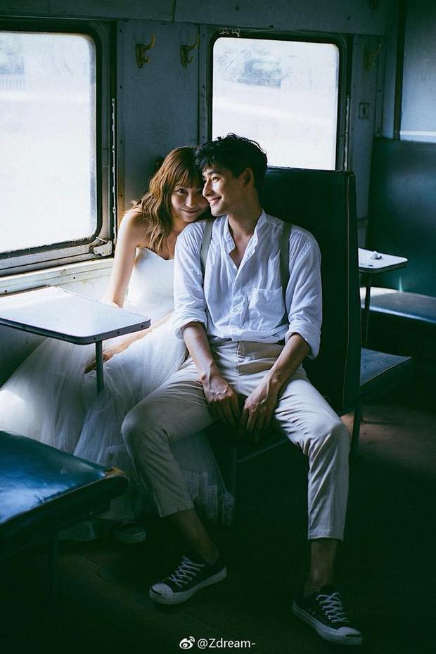Một toa tàu bỏ hoang cũng có thể là nơi chụp một tấm ảnh cưới để đời, chỉ cần chúng ta cứ mãi cười với nhau như vậy.