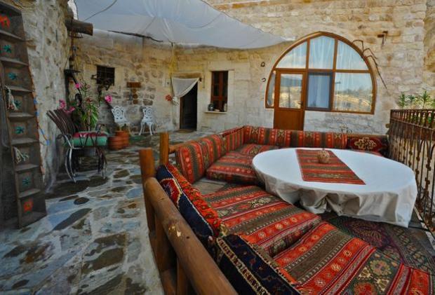 Không gian kiểu cổ, cộng thêm bộ sofa càng khiến căn phòng nhuốm màu cổ tích. Ảnh: Mirror