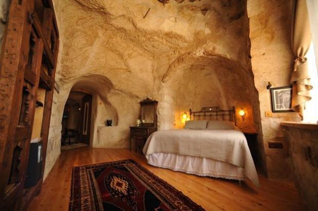 Hang đá 00 năm tuổi thực ra là một khách sạn nhỏ hiện đại. Ảnh: Mirror