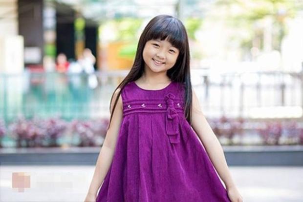Gương mặt ngày bé cũng khá tròn trịa, đi cùng với nụ cười trong sáng vô cùng lí lắc, tươi vui.