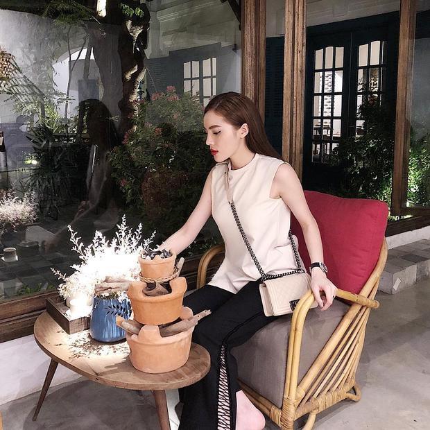 Trung thành với tông màu trung tính, Kỳ Duyên thể hiện thần thái sang chảnh với set đồ gồm áo cộc tay phối cùng quần ống loe có đan dây lạ mắt. Hoa hậu Việt Nam 2014 sử dụng túi Chanel màu beige nhằm tạo điểm nhấn cho outfit khi xuống phố.