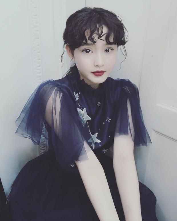 """Hiền Hồ vô cùng nữ tính với mái tóc xoăn cùng bộ váy voan ngọt ngào. Từ sau MV đầu tay """"Em ngày xưa khác rồi"""", người hâm mộ đang rất trông đợi được nhìn thấy những sản phẩm tiếp theo của cô nàng."""