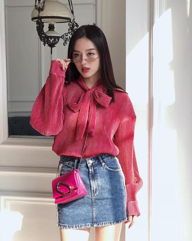 Cả cây hồng đỏ là gam màu mà Khánh Linh the Face lựa chọn khi xuống phố. Cô nàng được đánh giá cao nhờ cách chọn đồ vừa nữ tính, nhẹ nhàng nhưng vẫn rất mới mẻ, đúng xu hướng.
