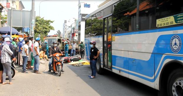 Người thân khóc ngất bên thi thể nam thanh niên bị xe buýt cán tử vong