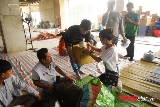 Mỹ Duyên đến thăm hỏi, động viên người dân tại chung cư Carina sau trận hoả hoạn