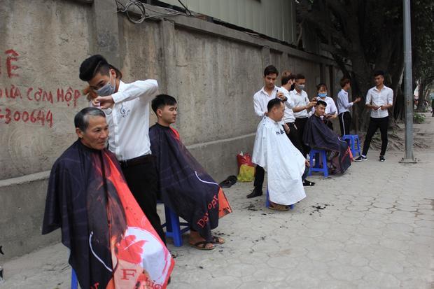 Có rất đông người dân vào cắt, đa phần là lao động nghèo, sinh viên, công nhân…