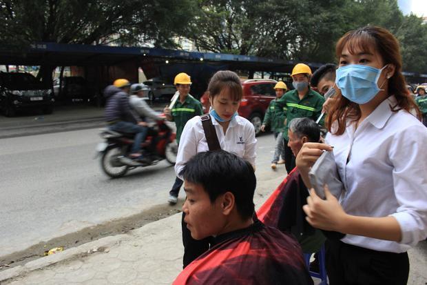 Bạn Yến cùng một số bạn nữ cũng tham gia cắt tóc miễn phí cho người dân.