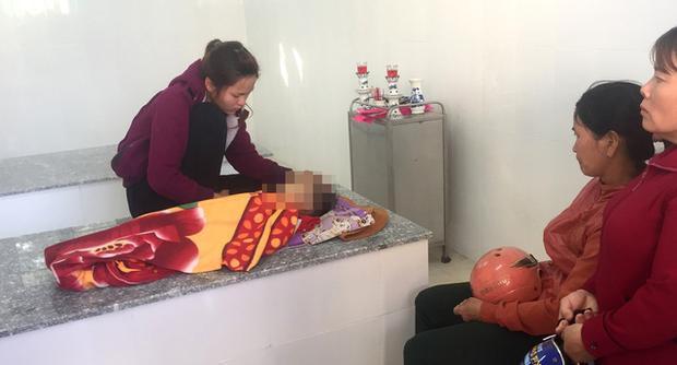Chị Hòa - mẹ cháu Tô Minh Tr. ngồi thẩn thờ bên thi thể con trai.