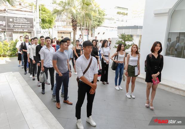 Buổi tuyển chọn thí sinh của Siêu mẫu Việt Nam 2018 diễn ra từ 8h sáng đã thu hút nhiều chàng trai, cô gái có chiều cao nổi bật đến dự tuyển.