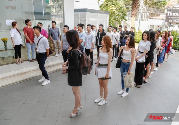 Không khí sôi động của buổi tuyển chọn. Các thí sinh tham gia vòng casting phải trải qua các phần thi như chụp ảnh, hình thể, trình diễn catwalk trước ban giám khảo.