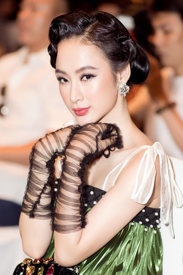 Phong cách trang điểm của Angela Phương Trinh cũng già tuyệt vời. Cô búi tóc kiểu cổ điển, sử dụng son đỏ màu trầm. Nói chung, Angela Phương Trinh luôn biến hóa mỗi lần xuất hiện nhưng lần này cô thực sự mất điểm rồi.