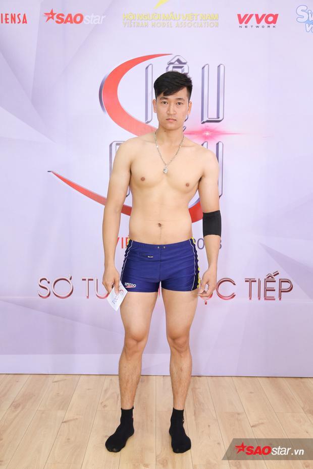 Lê Thiên Ngọc cao 1m80, sinh năm 1996, anh sở hữu cơ thể săn chắc cùng cơ bụng sáu múi.