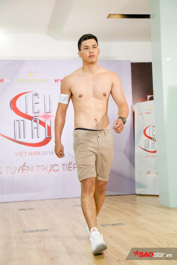 Từng trình diễn cho nhà thiết kế Chung Thanh Phong, thí sinh Đỗ Duy Minh hiện đang là sinh viên trường Đại học Tôn Đức Thắng có hình thể vạm vỡ.