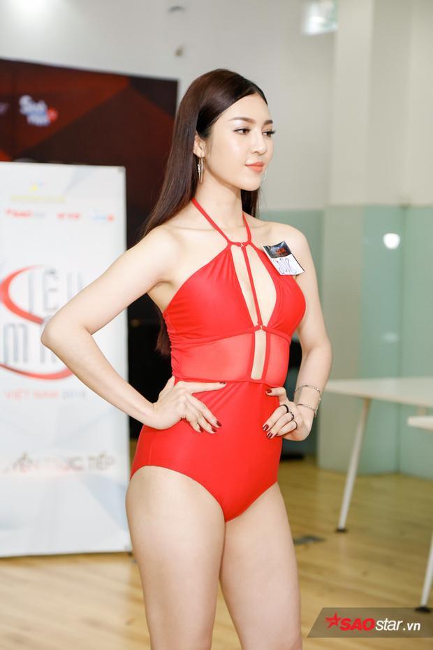Thí sinh Bùi Lý Thiên Hương, là nhan sắc gây chú ý ở vòng sơ khảo khu vực phía Nam. Đại diện An Giang sở hữu vẻ đẹp đậm chất Á Đông với làn da trắng và phong cách dịu dàng, đằm thắm. Cô cũng từng lọt top 45 Hoa hậu Hoàn vũ Việt Nam 2017.