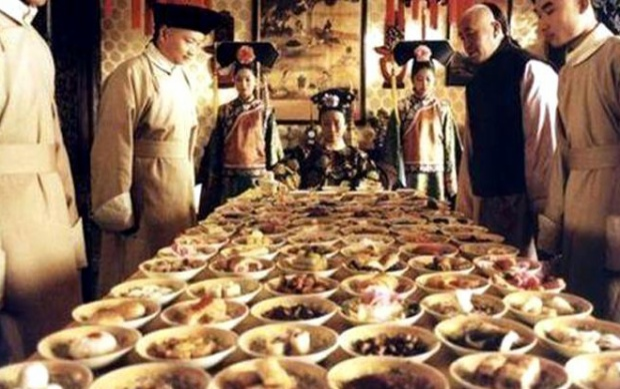 Mỗi bữa ăn chính của Thái Hậu có hơn 100 món