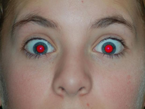 Vì sao chụp ảnh ban đêm lại hay bị hiện tượng mắt đỏ?