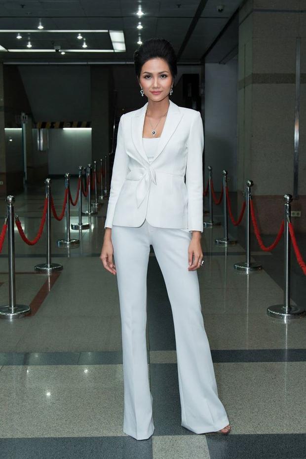 H'Hen Niê đầy quyền lực trong trang phục suit trắng.