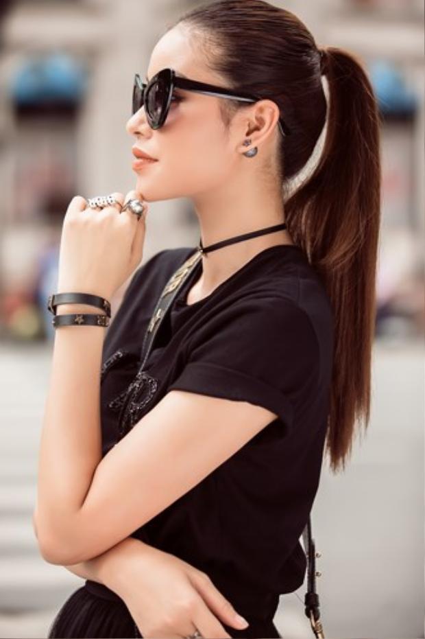Dù với phong cách nào, Phạm Hương cũng dễ dàng chinh phục.
