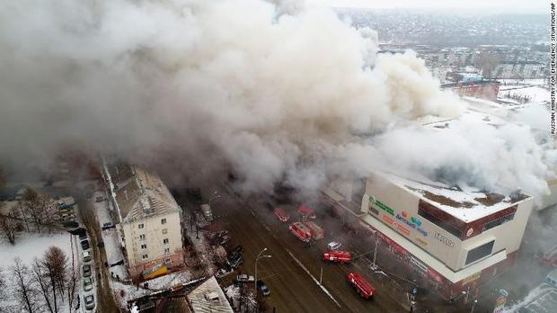 Khói bốc ra từ hiện trường vụ cháy trung tâm thương mại. Ảnh: AP