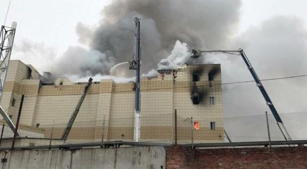 288 nhân viên cứu hộ, 62 đơn vị và 1 lực lượng trực thăng đã được cử đến hiện trường để dập lửa và cứu hộ. Ảnh AP