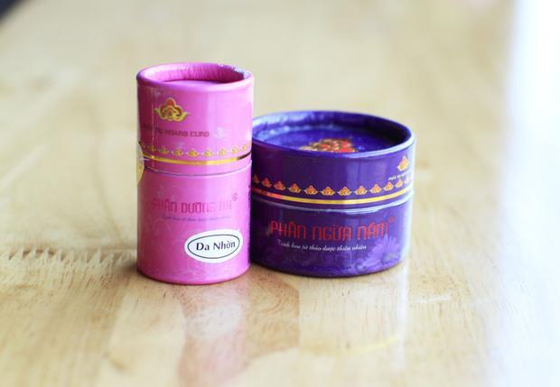 Phấn nụ hoàng cung là thương hiệu mỹ phẩm khá nổi tiếng ở Việt Nam. Hàng nội nên giá vô cùng hạt dẻ chỉ với 90.000 đến 100.000 đồng.