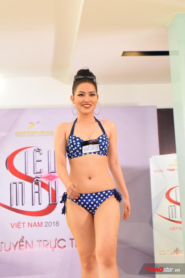 Cô nàng Huỳnh Phương Vy nổi bật với bộ bikini họa tiết.