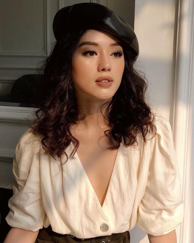 """Khánh Linh The Face thực sự là một cô gái """"ăn"""" trang điểm khi phong cách nào hầu như cũng phù hợp với gương mặt của cô. Khánh Linh xinh đẹp với phong cách trang điểm siêu Tây với tông màu nude chủ đạo."""