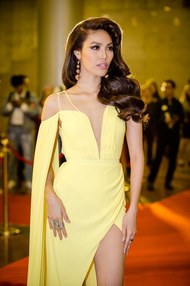 Trước đó, người đẹp cũng khoe sắc trong bộ đầm vàng cắt xẻ vô cùng táo bạo. Không những vậy, cô còn chinh phục thành công son môi màu nude khá kén da.