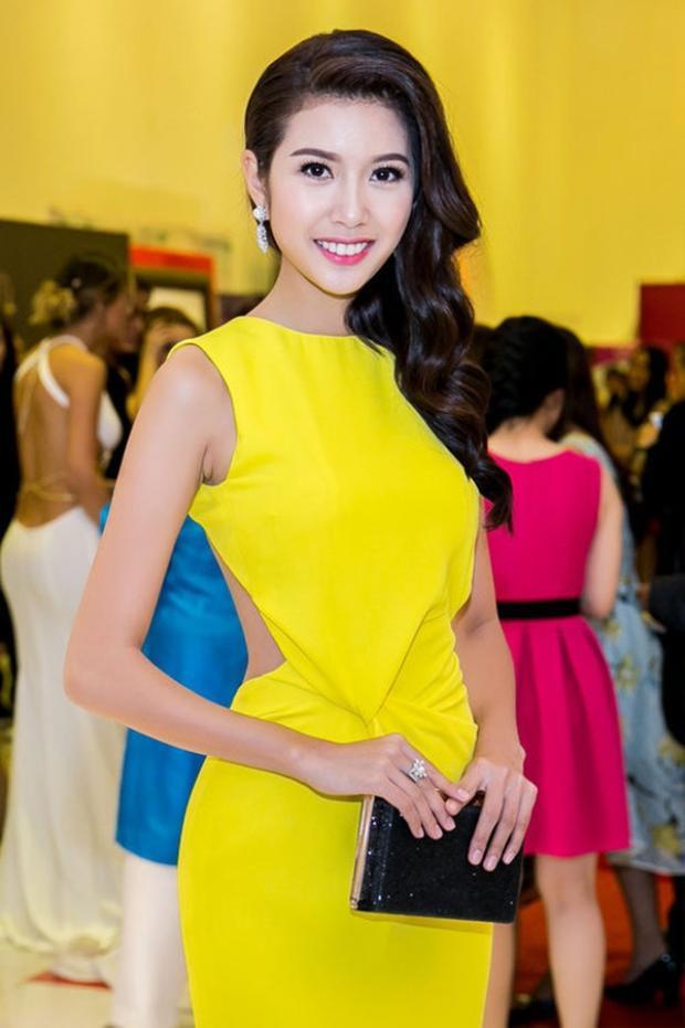 Thế nhưng có lẽ bạn gái Trường Giang chẳng ngờ rằng, chiếc váy vàng nổi bật của cô đã được á hậu Thúy Vân diện từ 2 năm trước.