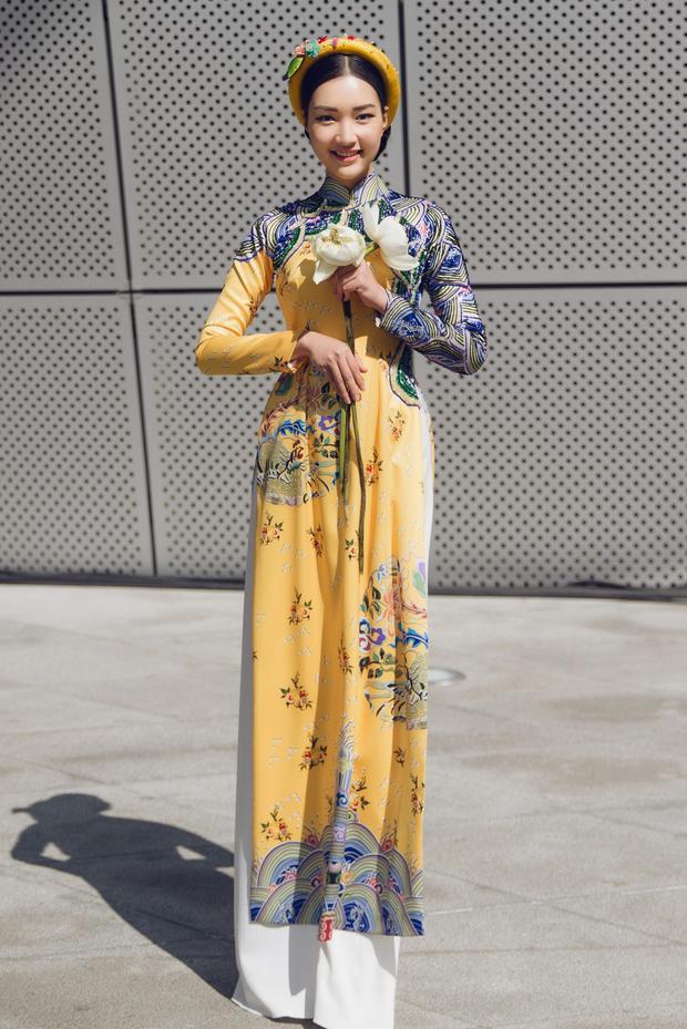 Trong ngày thứ 4 của Tuần lễ thời trang Seoul, Ngọc Trân làm mới mình với hai chiếc áo dài gấm họa tiết cung đình của NTK Thủy Nguyễn.