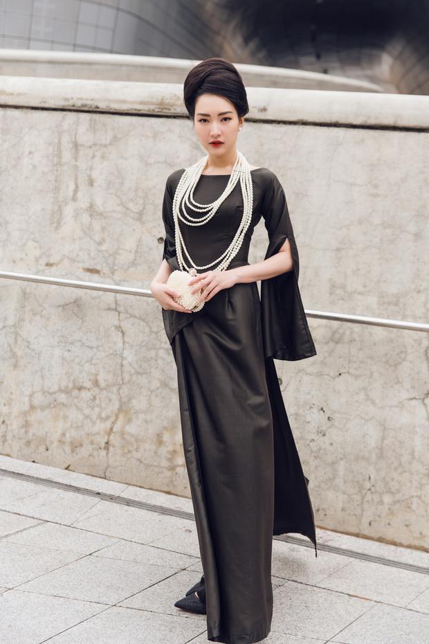 Nếu áo dài màu xanh giúp Ngọc Trân trở nên mong manh dưới tiết trời đầy tuyết của Seoul thì chiếc áo dài sắc đen tạo cảm giác quý phái.