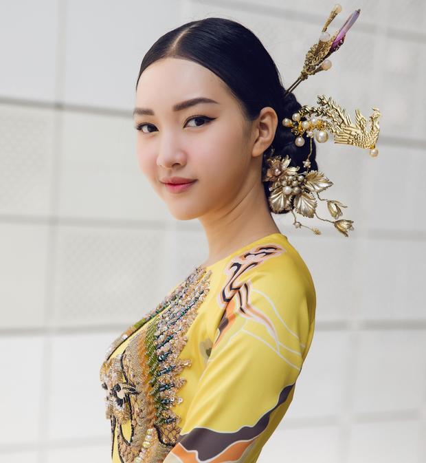 Ngọc Trân kết hợp bộ trang phục với kiểu tóc búi cao cùng chiếc trâm cài tóc vàng đồng mang đậm dấu ấn hoàng cung.